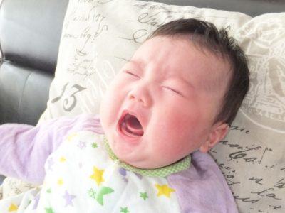 便秘で泣いている赤ちゃん