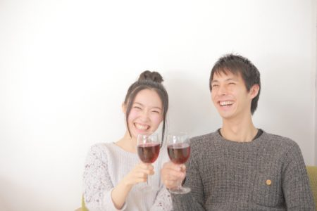 お酒を楽しく飲んでいる夫婦