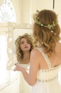 姫系の鏡に映る女性