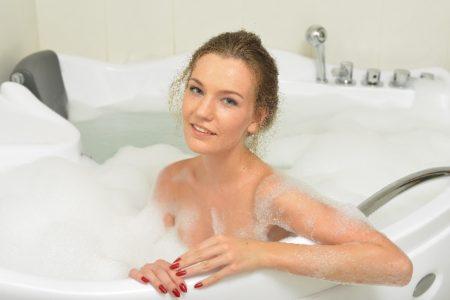 お風呂にゲルマニウム温浴ボールを入れている女性