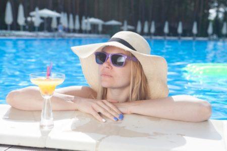 UVカットサングラスをする女性