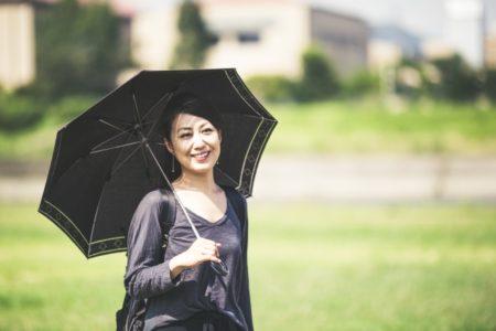 かわいい日傘をさす女性