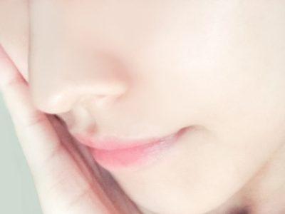 鼻の脱毛をする女性
