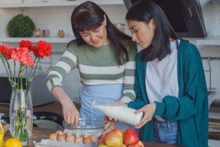 料理をする親子